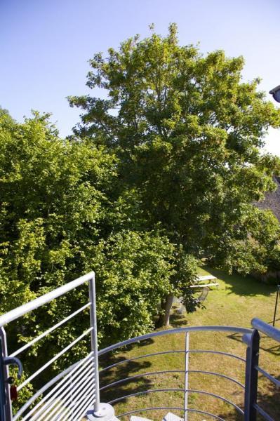 Au seuil du gîte, vue sur le jardin.